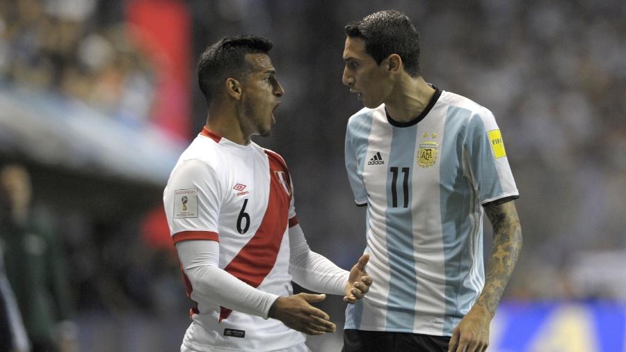 Trauco e Di Maria discutem durante confronto entre Argentina e Peru - Alejandro Pagni/AFP