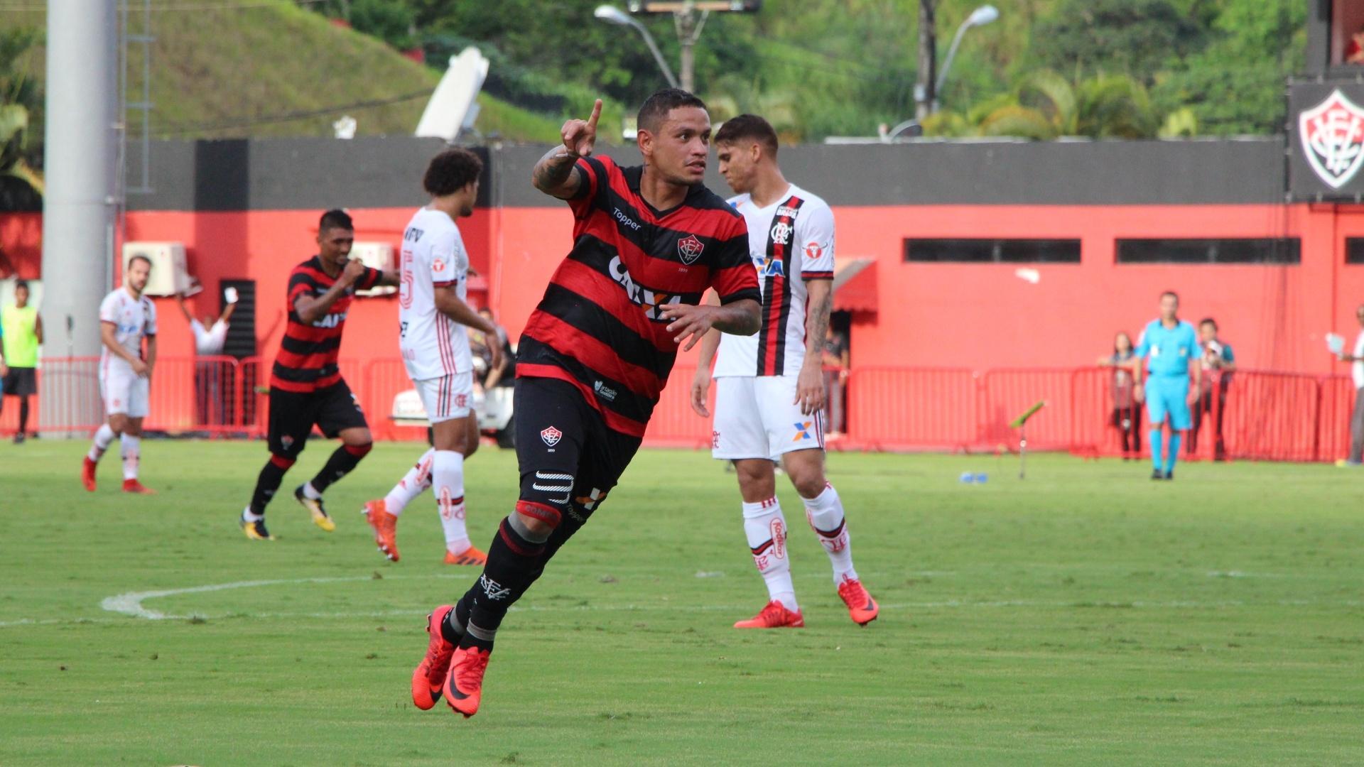 Carlos Eduardo comemora gol do Vitória contra o Flamengo