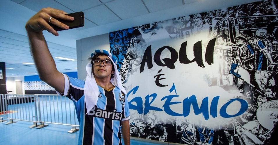 Torcedor chega à Arena do Grêmio para acompanhar a final do Mundial de Clubes por telão