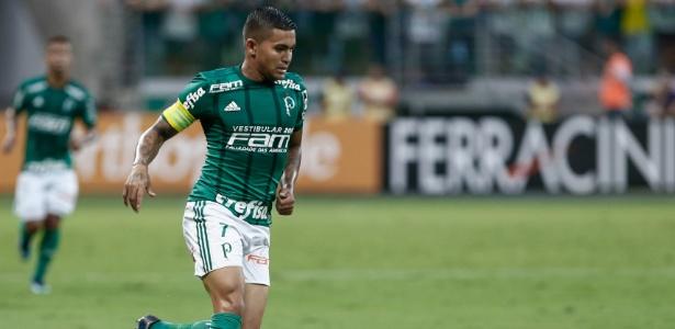 Dudu carrega a bola no jogo entre Palmeiras e Santo André; atacante pode ter oferta