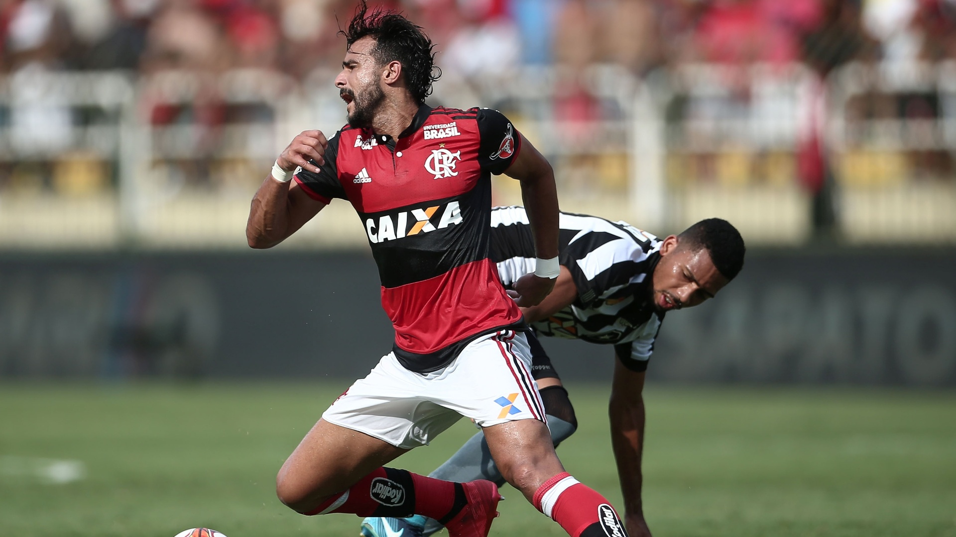 Henrique Dourado sofre falta de Matheus Fernandes durante a partida entre Flamengo e Botafogo