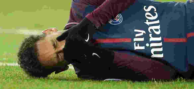 Neymar chora após se machucar na partida entre PSG e Olympique de Marselha - REUTERS/Stephane Mahe