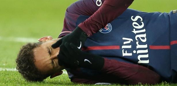 Neymar chora após se machucar na partida entre PSG e Olympique de Marselha