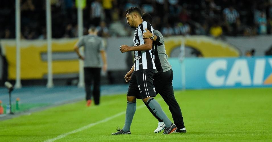 Yago é retirado de campo durante jogo entre Botafogo e Ceará