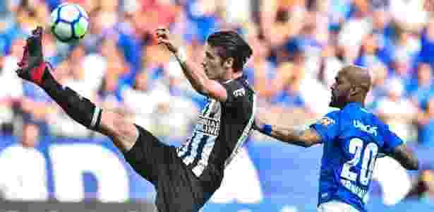 Iago Maidana é pressionado por Bruno Silva durante clássico Cruzeiro x Atlético-MG - Pedro Vilela/Getty Images - Pedro Vilela/Getty Images
