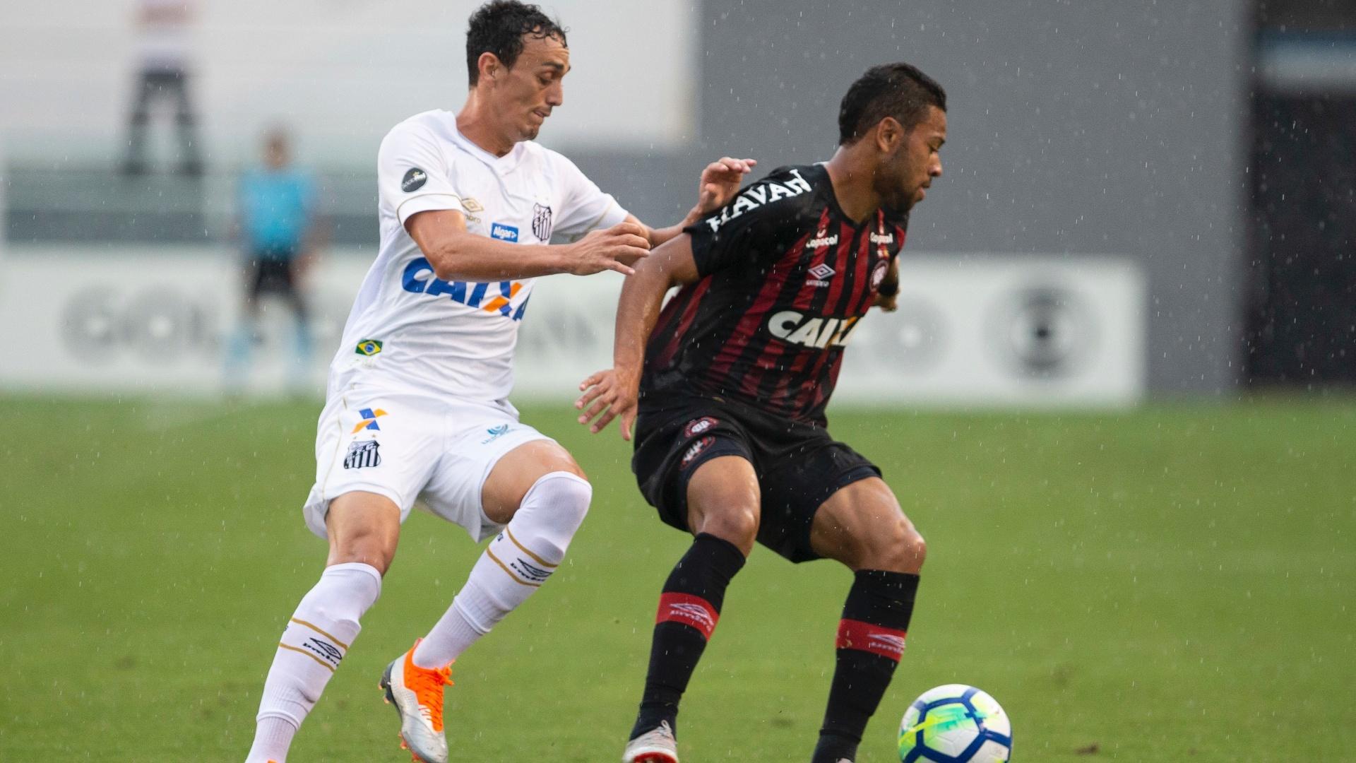 Lance da partida entre Santos e Atlético-PR, pelo Campeonato Brasileiro