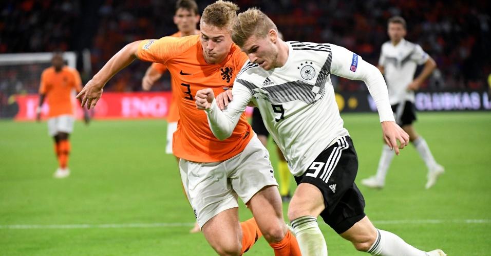 Timo Werner tenta ganhar de Matthijs de Ligt na corrida durante duelo entre Holanda e Alemanha