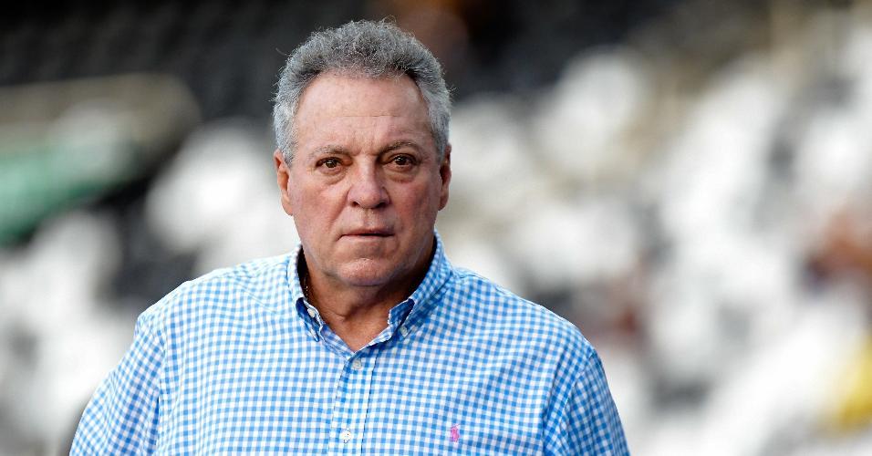 Abel Braga, técnico do Flamengo, acompanha o jogo contra o Botafogo