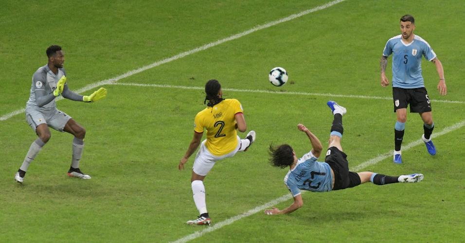 Cavani acerta voleio e marca para o Uruguai contra o Equador