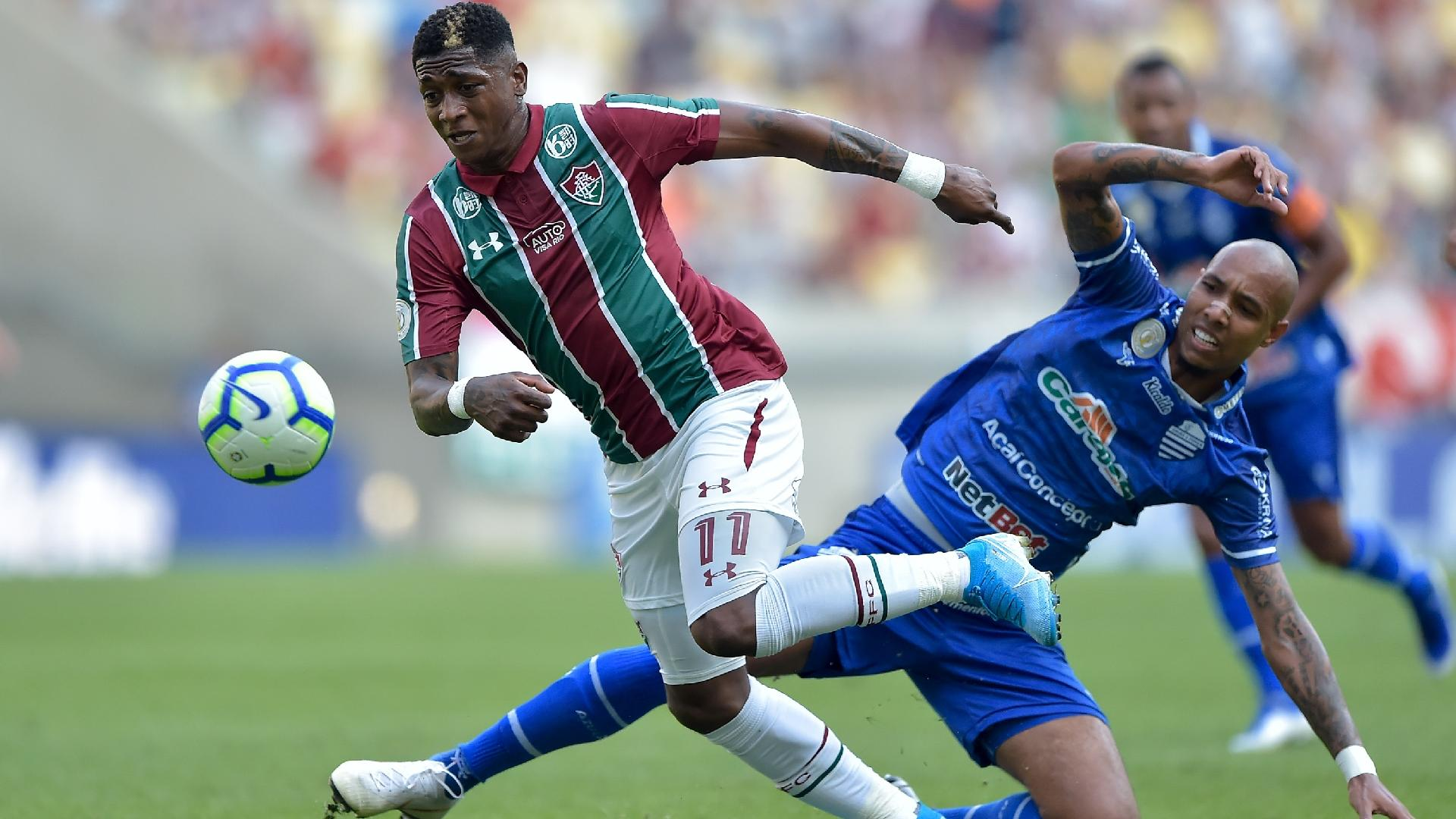 Yony Gonzalez, do Fluminense, disputa a bola com jogador do CSA