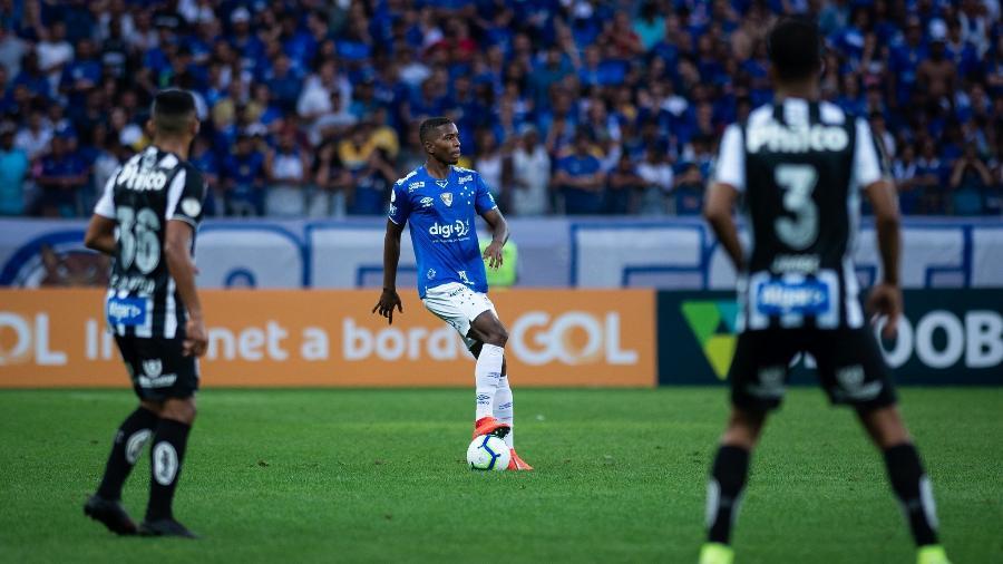 Garoto aproveita brecha e ganha sequência no Cruzeiro após drama pessoal