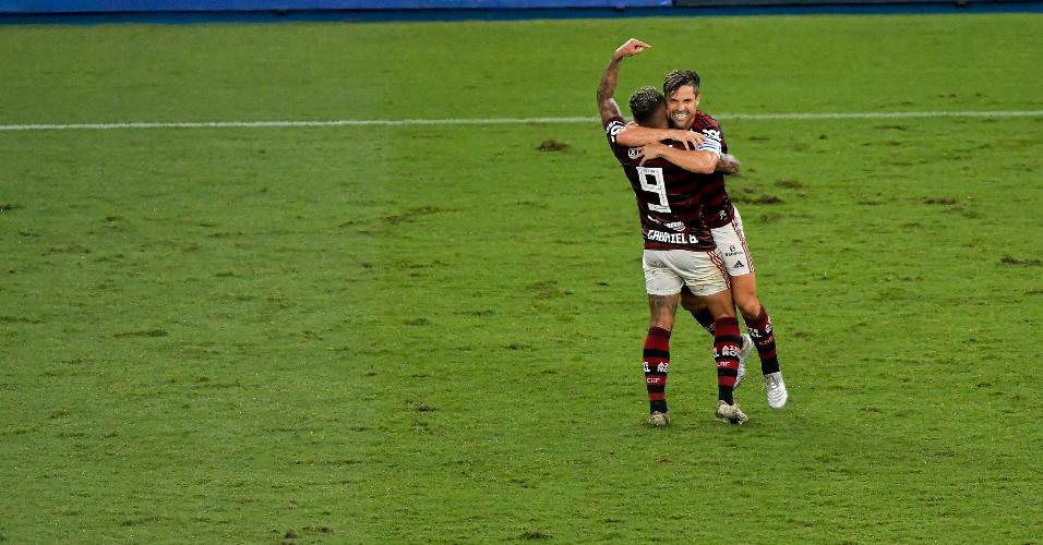 Diego comemora com Gabigol após marcar para o Flamengo contra o Avaí