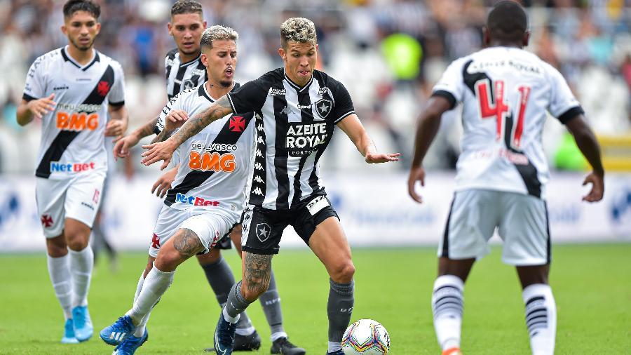 Bruno Nazario, Botafogo, disputa lance com Marcos Jr. no clássico Botafogo x Vasco, pelo Carioca - Thiago Ribeiro/Thiago Ribeiro/AGIF