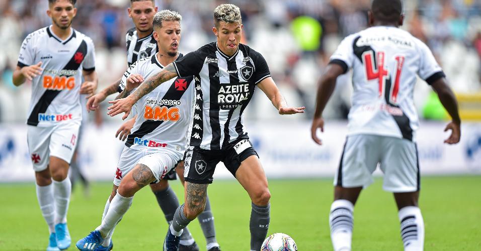 Bruno Nazario, Botafogo, disputa lance com Marcos Jr. no clássico Botafogo x Vasco, pelo Carioca