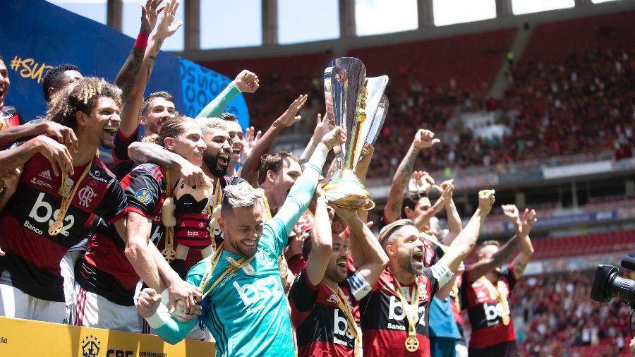 Diego Alves, Everton Ribeiro e Diego levantam taça da Supercopa do Brasil pelo Flamengo. Clube pode levantar nova taça hoje - Lucas Figueiredo/CBF