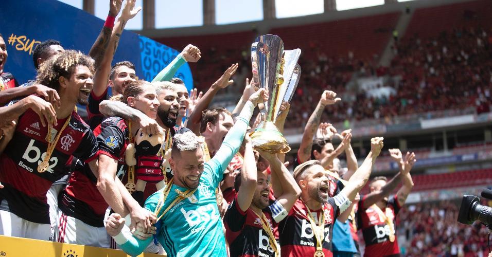 Diego Alves, Everton Ribeiro e Diego levantam taça da Supercopa do Brasil pelo Flamengo