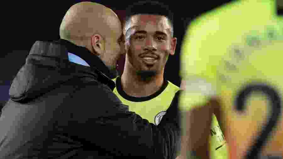 Gabriel Jesus é abraçado por Pep Guardiola depois de marcar o gol da vitória do Manchester City - Eddie Keogh/Reuters