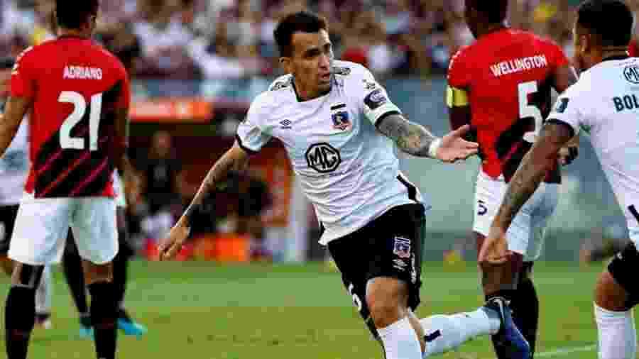 Pablo Mouche, atacante do Colo Colo, comemora gol contra o Athletico - Divulgação