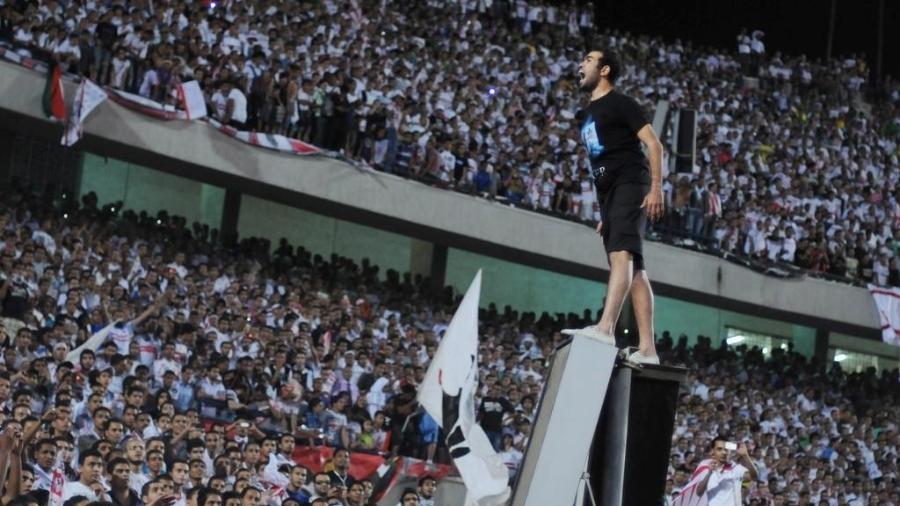 Torcedor do Al-Ahly lidera companheiros em estádio no Egito - AFP