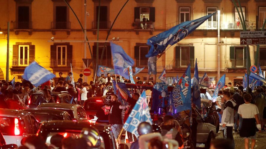 Milhares de pessoas desafiaram pandemia do coronavírus e foram às ruas celebrar título do Napoli - REUTERS/Ciro de Luca