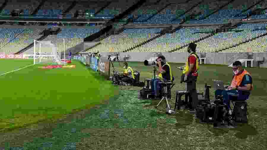 Jornalistas trabalhando em Bangu x Flamengo, partida que marca o retorno do Carioca - Thiago Ribeiro/AGIF