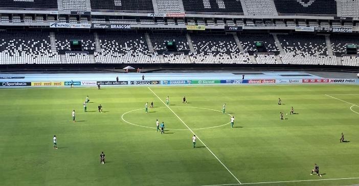 Jogadores do Botafogo protestam ajoelhados no meio do jogo contra a Cabofriense