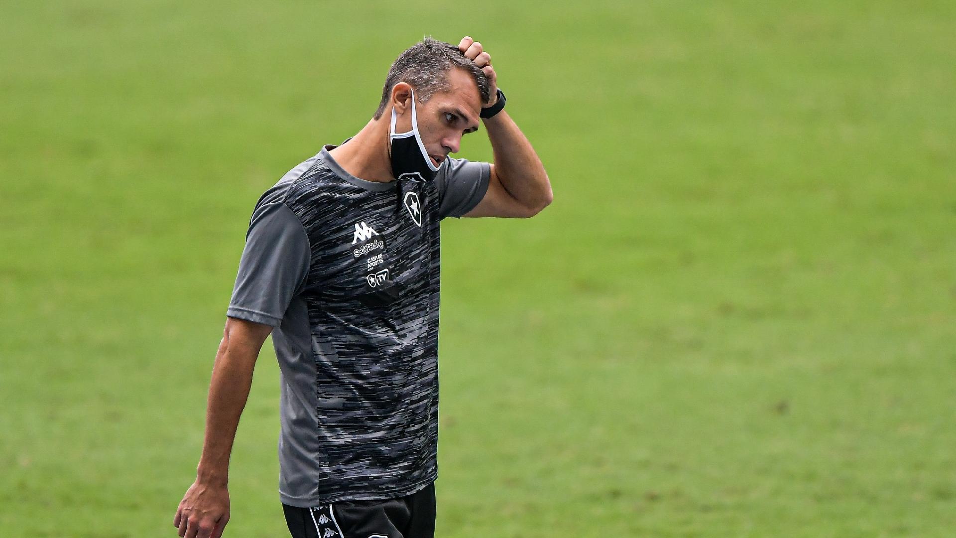 Bruno Lazaroni à beira do gramado do Estádio Nilton Santos