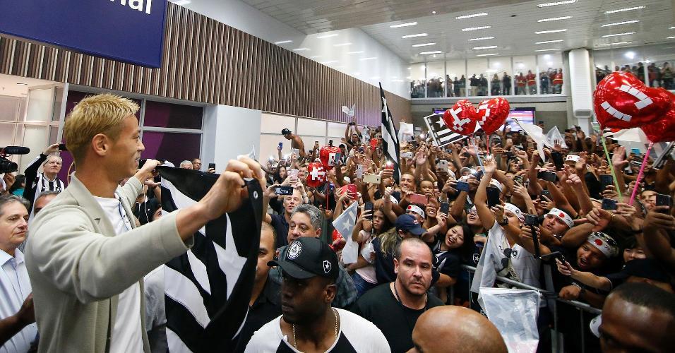 Torcedores do Botafogo fazem festa para receber o meia Honda