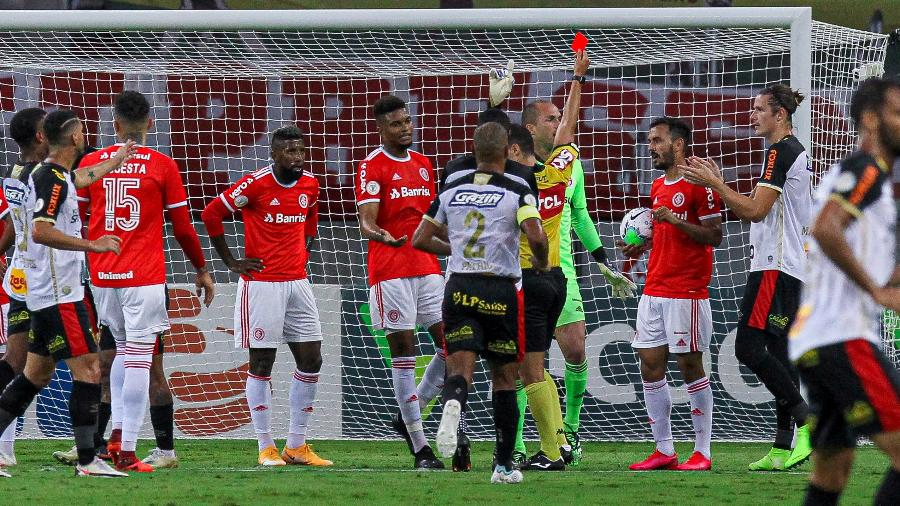 Uendel é expulso durante Internacional x Sport, jogo do Brasileirão 2020 - Fernando Alves/AGIF