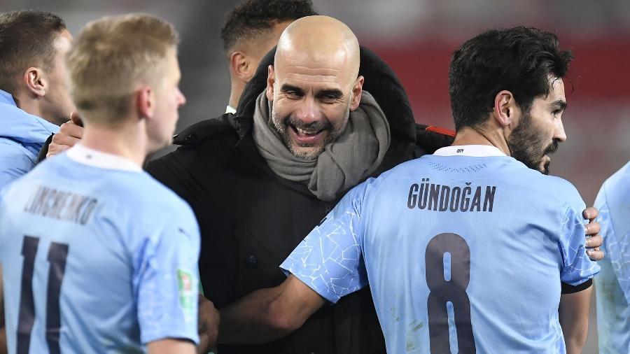 Guardiola festeja com jogadores do City, time invicto há 21 jogos na Inglaterra - Divulgação