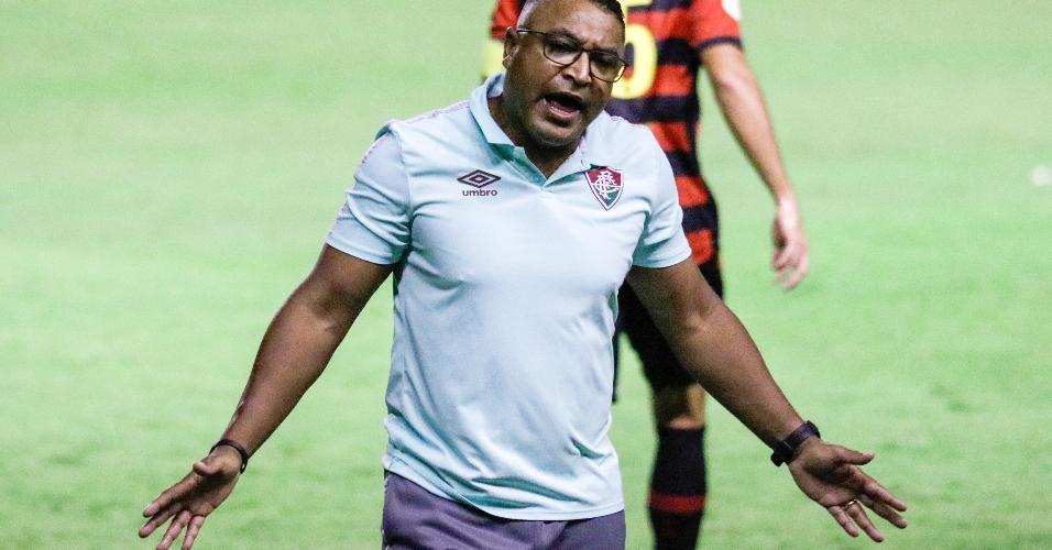 Técnico Roger Machado gesticula durante a vitória do Fluminense sobre o Sport, na Ilha do Retiro