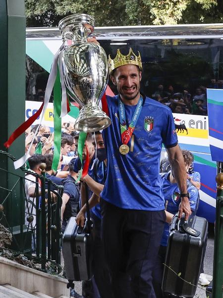 Chiellini posa com coroa e troféu da Eurocopa na chegada a hotel de Roma, na Itália - Riccardo De Luca/Anadolu Agency via Getty Images