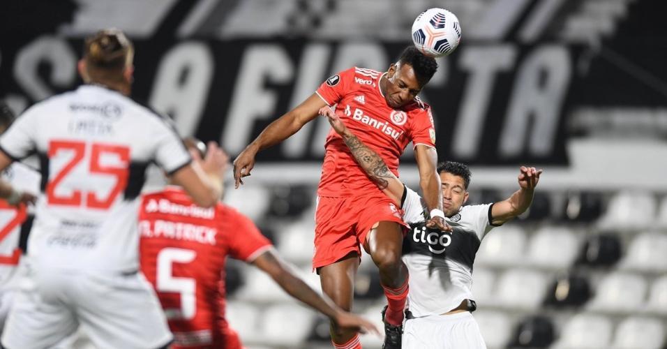 Moisés disputa a bola durante jogo entre Internacional e Olimpia pelas oitavas de final da Libertadores