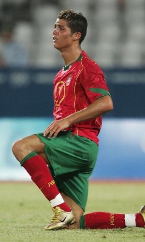 Cristiano Ronaldo, jogador de Portugal, se lamenta em campo após a derrota da sua seleção nos Jogos Olímpicos de Atenas, em 2004