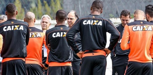 Marcelo Oliveira conversou com os jogadores do Atlético-MG antes do treino no CT do Coritiba