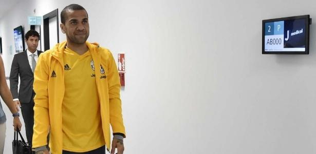 Dani Alves realiza exames médicos no centro de treinamentos da Juventus