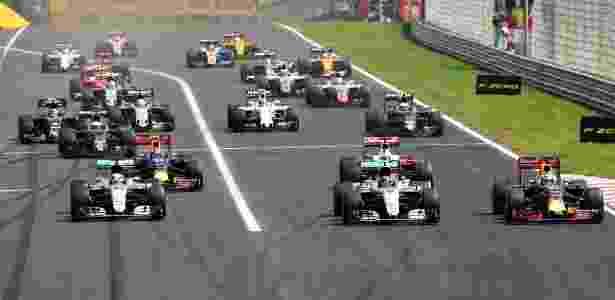 Carros da Mercedes puxam a fila de pilotos após largada do GP da Hungria - Mark Thompson/Getty Images