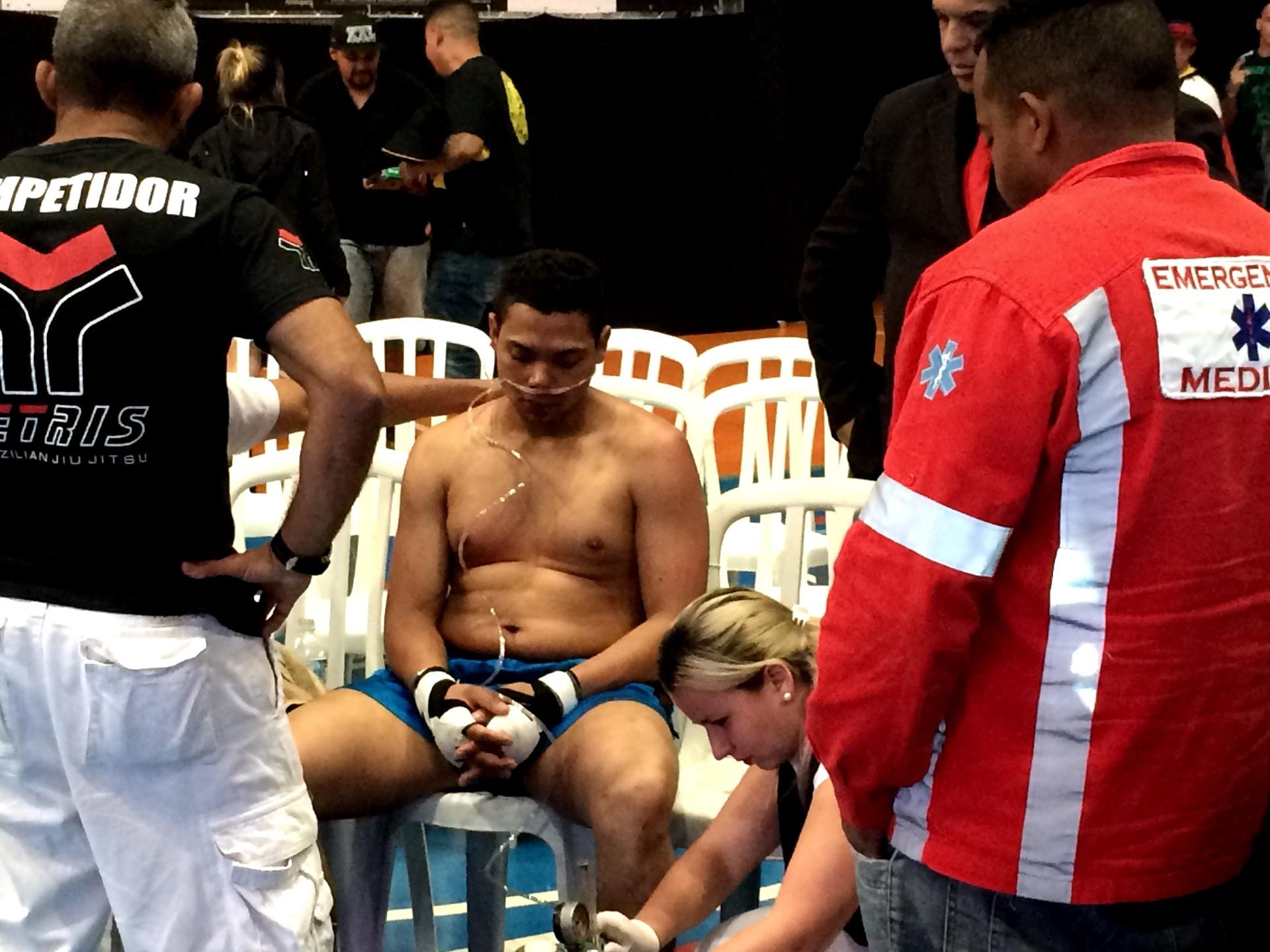 Lutador respira com auxílio de bomba de oxigênio após luta de MMA em São Paulo