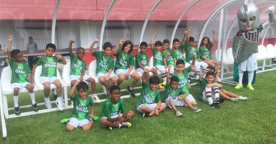 Mascotes do Fluminense usam camisa de apoio à Chapecoense antes da partida contra o Internacional