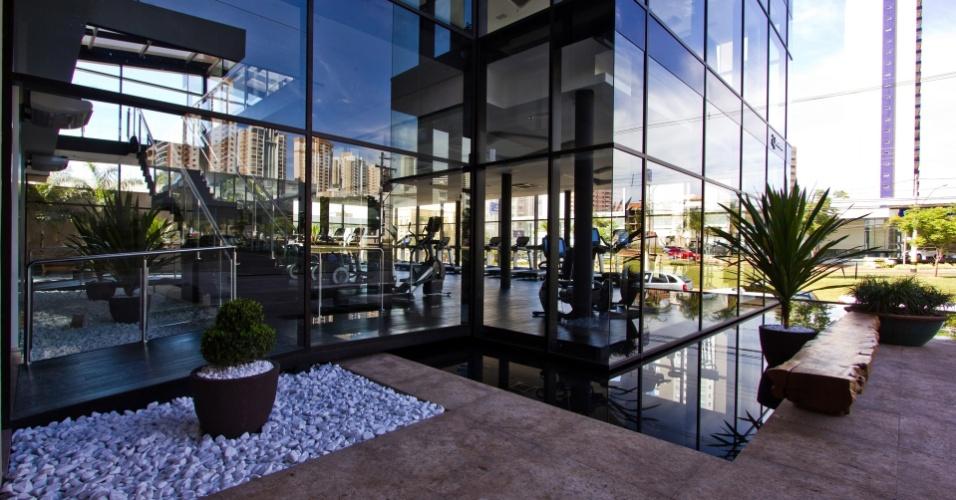 A arquitetura do prédio também é futurista. Um espelho d'água circunda todo o cubo de vidro