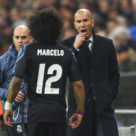 Marcelo conversa com Zidane no duelo do Real Madrid contra o Bayern de Munique no Allianz Arena - FILIP SINGER/EFE