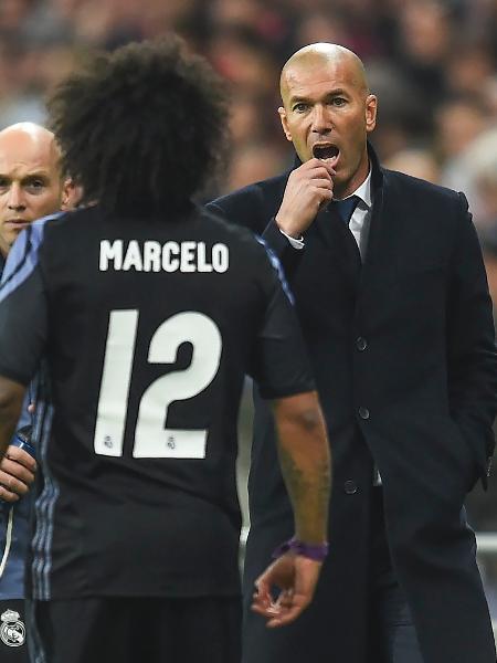 Marcelo conversa com Zidane no duelo do Real Madrid contra o Bayern de Munique, em 2017 - FILIP SINGER/EFE