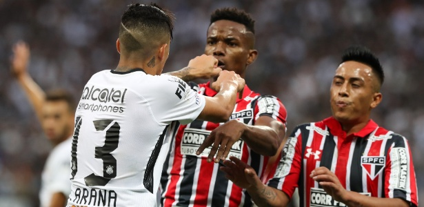 Arana e Thiago Mendes se desentendem durante clássico na Arena Corinthians
