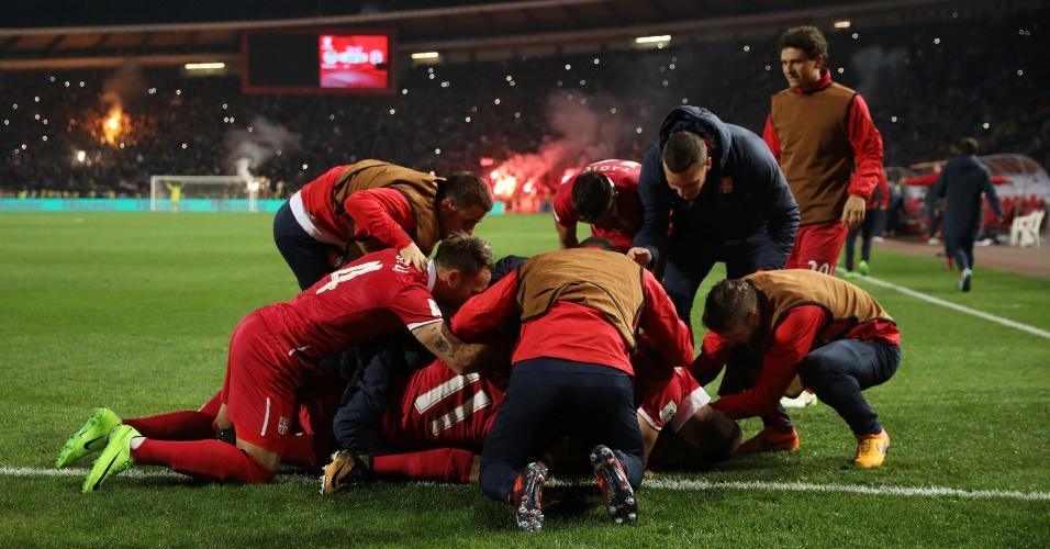 Jogadores da Sérvia se jogam no chão para comemorar a vaga para a Copa