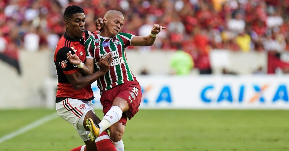 Berrío, do Flamengo, entra em dividida com Marcos Júnior, do Fluminense