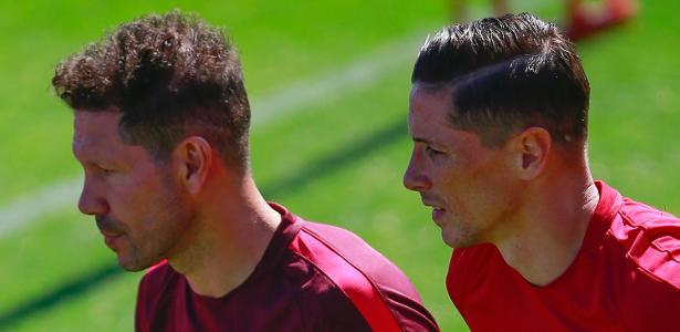 Fernando Torres conversa com Diego Simeone, técnico do Atlético