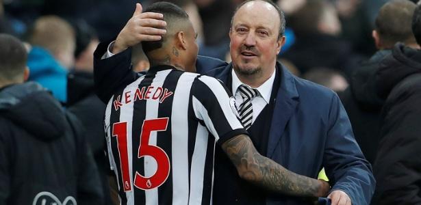 Kenedy abraça Rafael Benitez em vitória do Newcastle contra o Southampton