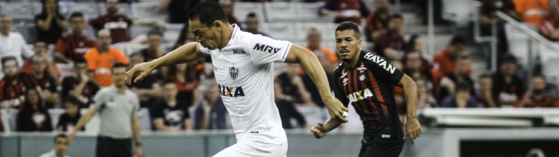 O atacante Ricardo Oliveira em lance do jogo entre Atlético-PR e Atlético-MG