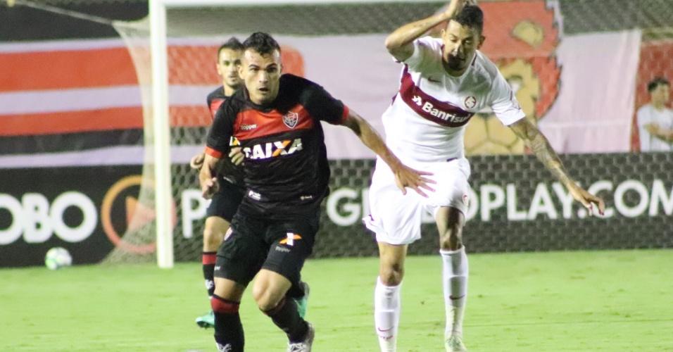 Lucca tenta roubar a bola do adversário durante Vitória x Internacional