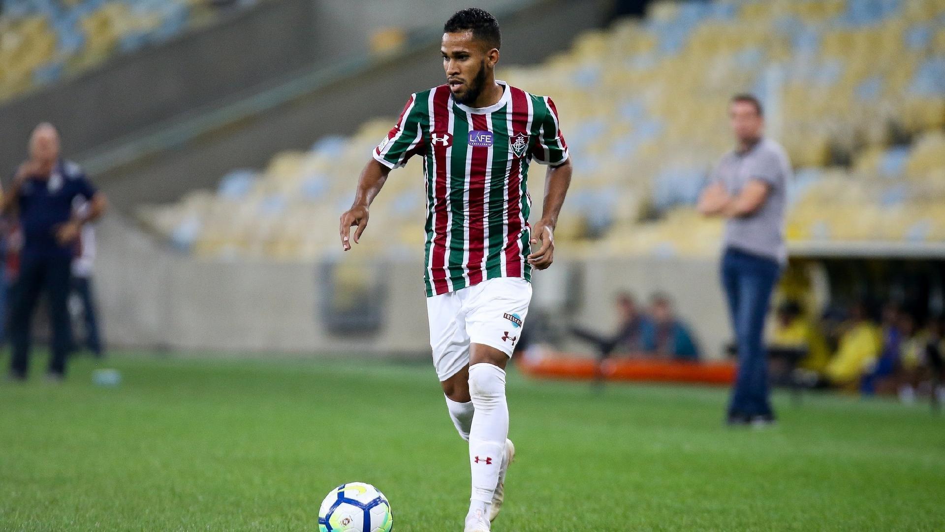 Everaldo, jogador do Fluminense, em ação contra o Corinthians